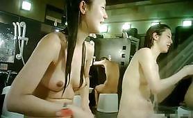 最新流出滲透女洗澡中心偷拍A片,非常養眼的美少婦洗澡視頻